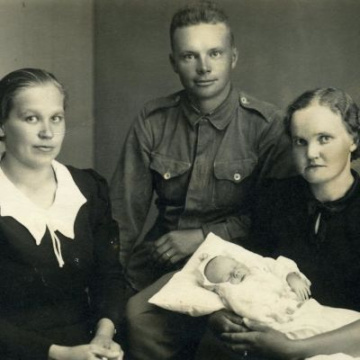 """""""Isä lähti aamulla sotaan, illalla syntyi Liisi Annikki."""""""