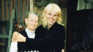 Catarina Jerkku och den ryska kvinna som hade farfar Paavos barndomshem som sommarbostad.