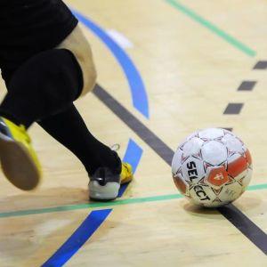 Spelare sparkar bollen.