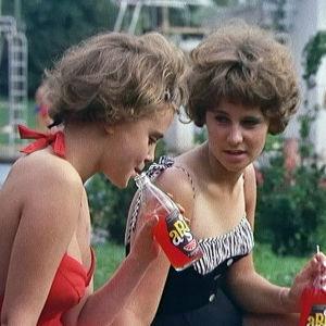 Tytöt juovat limsaa.