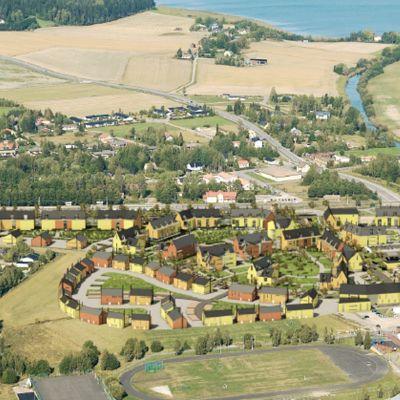 En bild som visar hur kommuncentrum kunde se ut när Sjundeås hjärat är utbyggt: rader av nya hus i täta och småstadsaktiga kvarter. strax norr om nuvarande kommuncentrum, mot järnvägen.