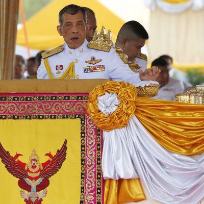 Kruununprinssi seisoo kuninkaallisen puhujapöntön takana.