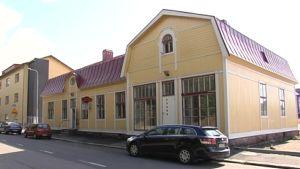 Det gula Almska huset utifrån