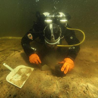 Arkeologen Eveliina Salo samlar ihop prover i sjön Kuolimo.