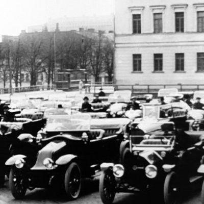 Autonäyttely ensimmäisistä autoista Helsingissä 1900-luvun alussa