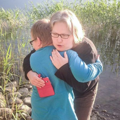 äiti ja poika halaavat merenrannalla