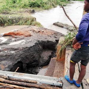 Myndigheterna uppmanar folk att fly högre upp på grund av fortsatta skyfall och stigande vattennivåer