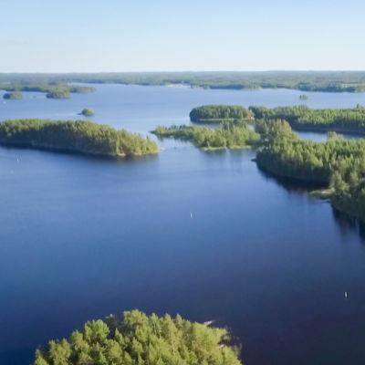 Sjö och öar i fågelperspektiv.