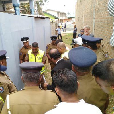 poliiseja kujalla ympyrässä