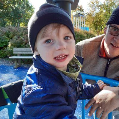 Juhana Mäkitöyli Alvaro-poikansa kanssa leikkipuistossa