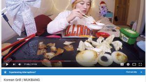 En person som äter och talar till kameran, en ny trend som kallas för Mukbang.