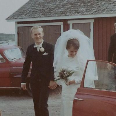 brudpar vid bil på 1960-talet