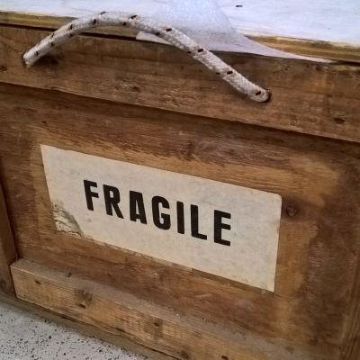 Puinen laatikko, jossa lukee fragile