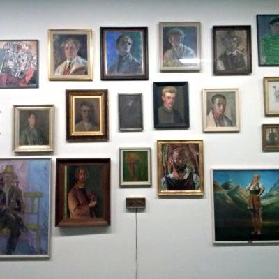 Kollage med självporträtt på Helsingfors konsthall