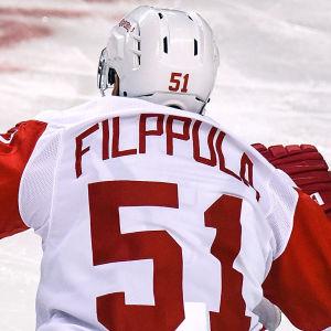 Valtteri Filppula sitter på isen.