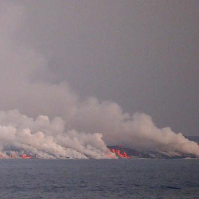 Lava från vulkanen Cumbre Vieja når havet, det ryker.