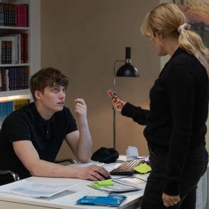 """Skådespelarna Björn Mosten och Ida Engvoll i serien """"Kärlek & anarki""""."""