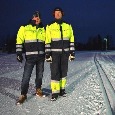 Kenneth Engström ja Anders Wikström hiihtolatujen äärellä.