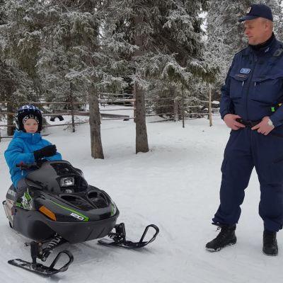 Oula Lämsä, ylikonstaapeli Paavo Määttä ja Lammintuvan isäntä Jyri Heiskanen pohtivat lasten moottorikelkkailun turvallisuutta Kuusamon Rukalla.