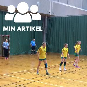 Damer spelar handboll.