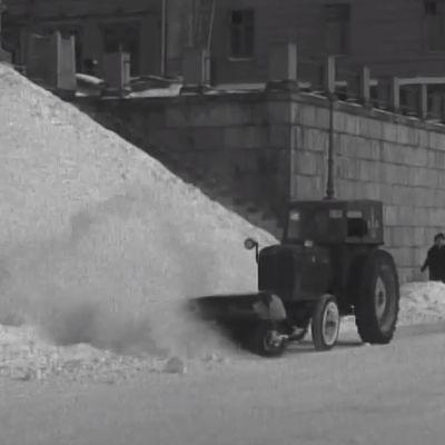 Lumen aurausta Helsingissä 1958.