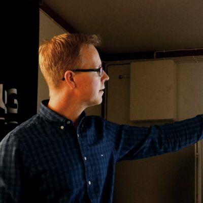 en man visar och pekar på en skärm