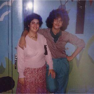 Nuori rokkari André Noël Chaker ja isosisko Mariline koulun musiikkikeikalla Montréalissa, Kanadassa v. 1980.