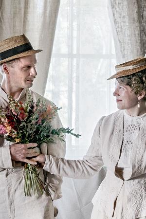 Eugen Schauman och hans syster Sigrid med blommor i händerna.
