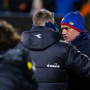 Jose Mourinho onnitteli voitosta Bodo/Glimtin valmentajaa Kjetil Knudsenia.