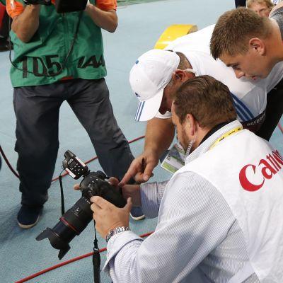 David Storlin työntöä katsellaan valokuvaajan kamerasta.