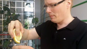 Toimittaja terästää vettä sitruunalla.