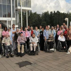 Espoolaisen Aurora-kodin asukkaat retkellä, kuva otettu Espoon kulttuuritalon edessä vuonna 2006, jolloin Jaakko Valvanne toimi Espoon kaupungin vanhustenhoidon johtajana.