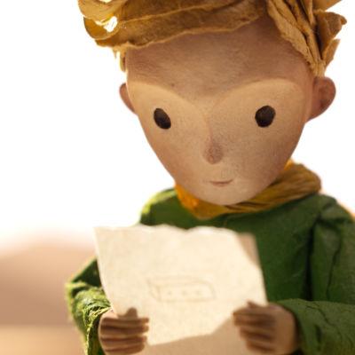 Lille prinsen tittar på en bild han fått.