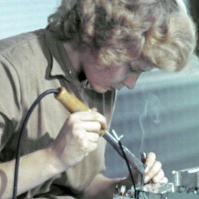 Radioiden valmistus oli vielä 50-lvulla käsityötä.