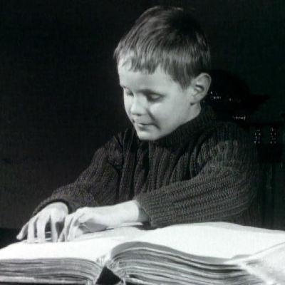 Poika lukee pistekirjoitusta