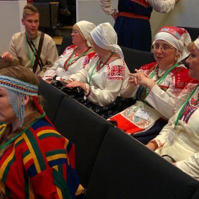 Suomalais-ugrilaisten kansojen maailmankongressin vieraita Lahdessa.