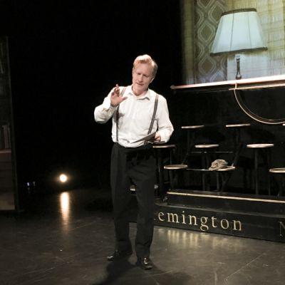 Näyttelijä Tuukka Huttunen Päämäärä Tuntematon -näytelmän lavasteissa.