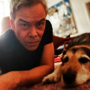 Kapellimestari Hannu Lintu ja Shurik-koira kotona Helsingissä keväällä 2020.
