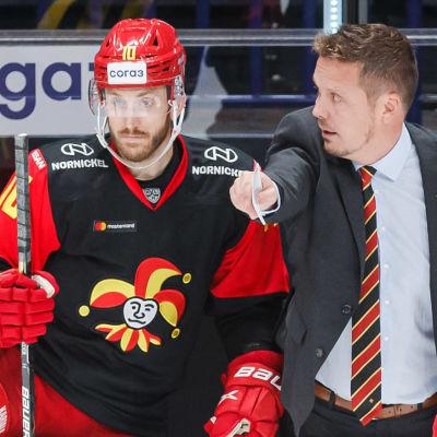 Lauri Marjamäki ger instruktioner åt Jordan Schroeder.