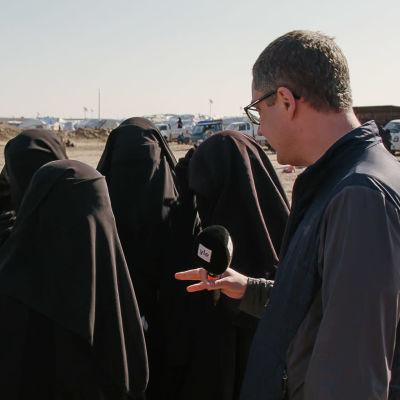 Antti Kuronen haastattelee naisia al-Holin leirillä.