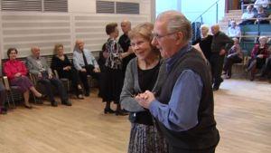 Ett äldre par dansar