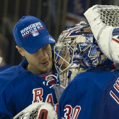 Antti Raanta och Henrik Lundqvist är målvakter i New York Rangers i NHL.