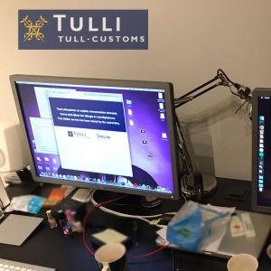 Datorskärmar på ett skrivbord.