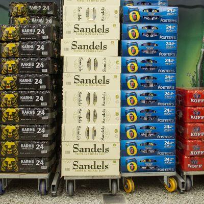 Olutpakkauksia  kaupassa.