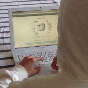 Anonym person som använder wikipedia
