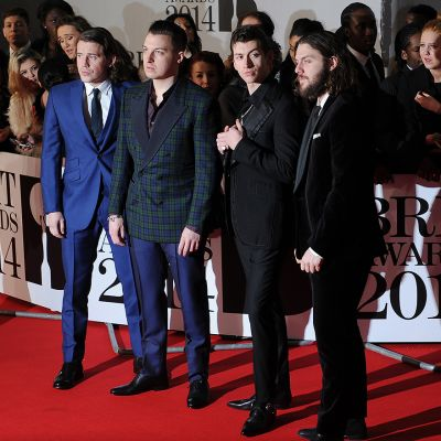 Arctic Monkeys saapumassa Brit Awards -gaalaan Lontoossa.