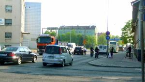 Livlig trafik på Bangårdsgatan i Åbo.