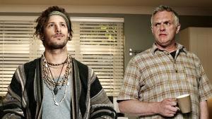 Cuckoo-komediasarjan Cuckoo (Andy Samberg) ja Ken (Greg Davies).