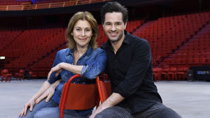 Helen Sjöholm och Peter Jöback poserar på scenen.