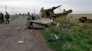 Bråte från störtade malaysiska passagerarplanet i östra Ukraina.